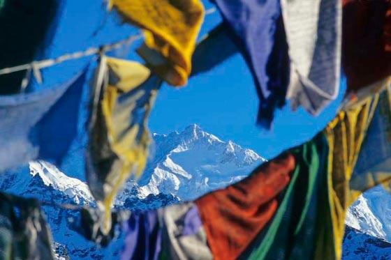 Gebetsfahnen auf dem Dzongri La, Sikkim, Indien. Im Blickfeld der Sitz der Götter, der Kangchendzönga