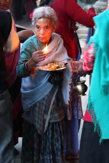 Newarin mit Opfergaben am Til Mahadev Narayan Tempel, Tal von Kathmandu