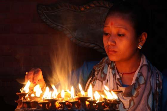 Pilgerin mit Öllämpchen im Kumbheshvar-Tempel, Patan, Nepal