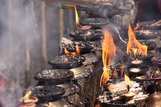Kailash Räucherstäbchen - Räucherstäbchen und Öllämpchen am Tempel von Dakshinkali, Nepal