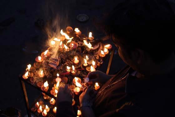 Räucherstäbchen und Öllämpchen im Kumbeshvar-Tempel, Patan, Nepal