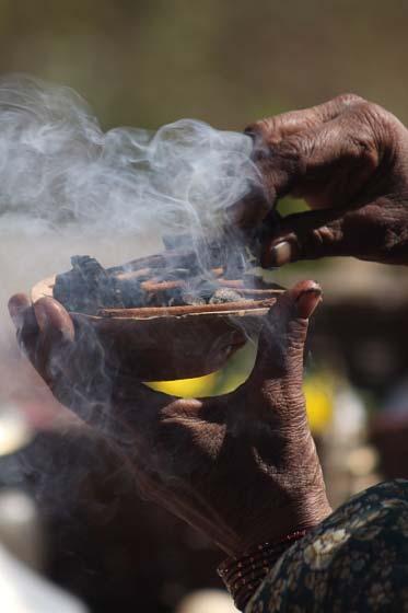 Räucheropfer am Shiva-Parvati Schrein, Bhaktapur, Tal von Kathmandu
