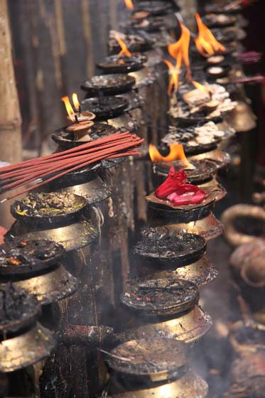 Räucherstäbchen und Butterlampen am Tempel von Dakshinkali