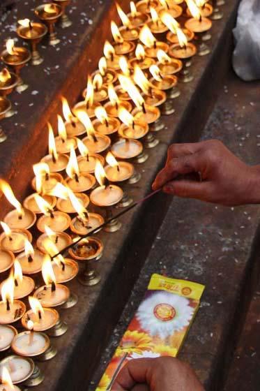 Räucherstäbchen und Öllämpchen am Annapurna Tempel in Kathmandu