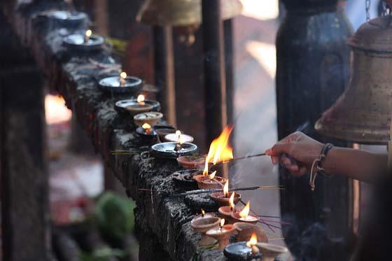 Räucherstäbchen und Öllämpchen am Manakamana Tempel, Mugling, Nepal