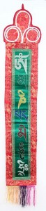 Fein gestickter Om Mani Wandbehang, mittel, längs, grün