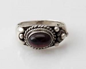 Ring Sterlingsilber (925) mit Granat aus Nepal, Innendurchmesser 17 mm.